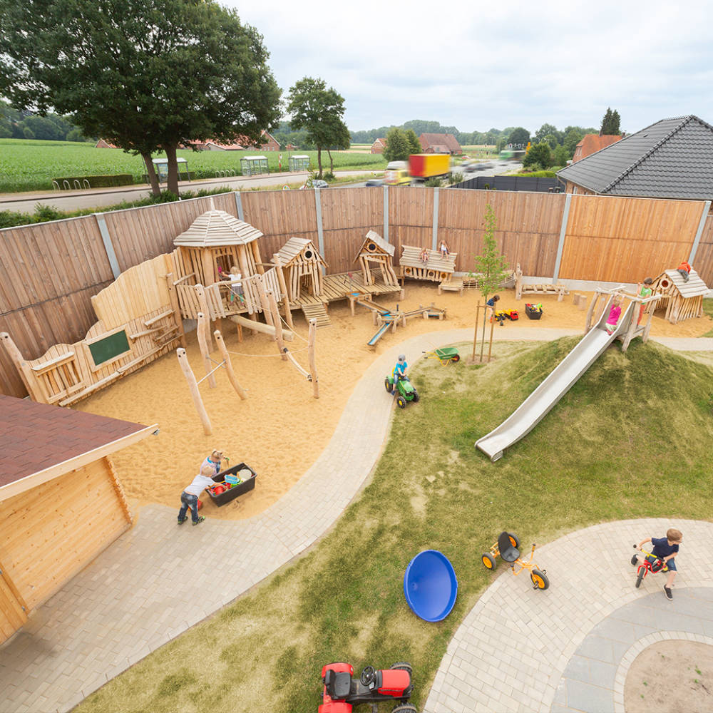 Luftbild eines neu gestalteten Kindergarten Außengelände