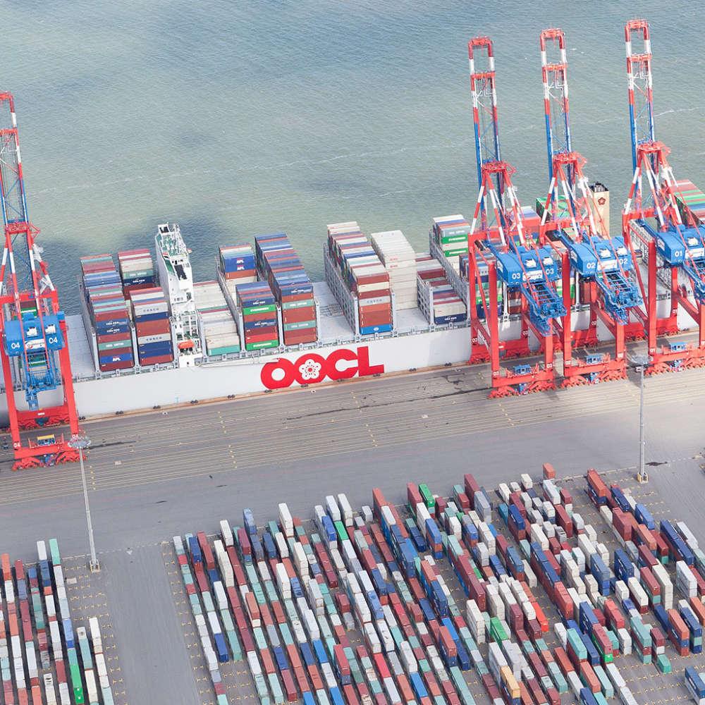 Luftbildaufnahme eines Containerschiffes im Jade-Weser-Port