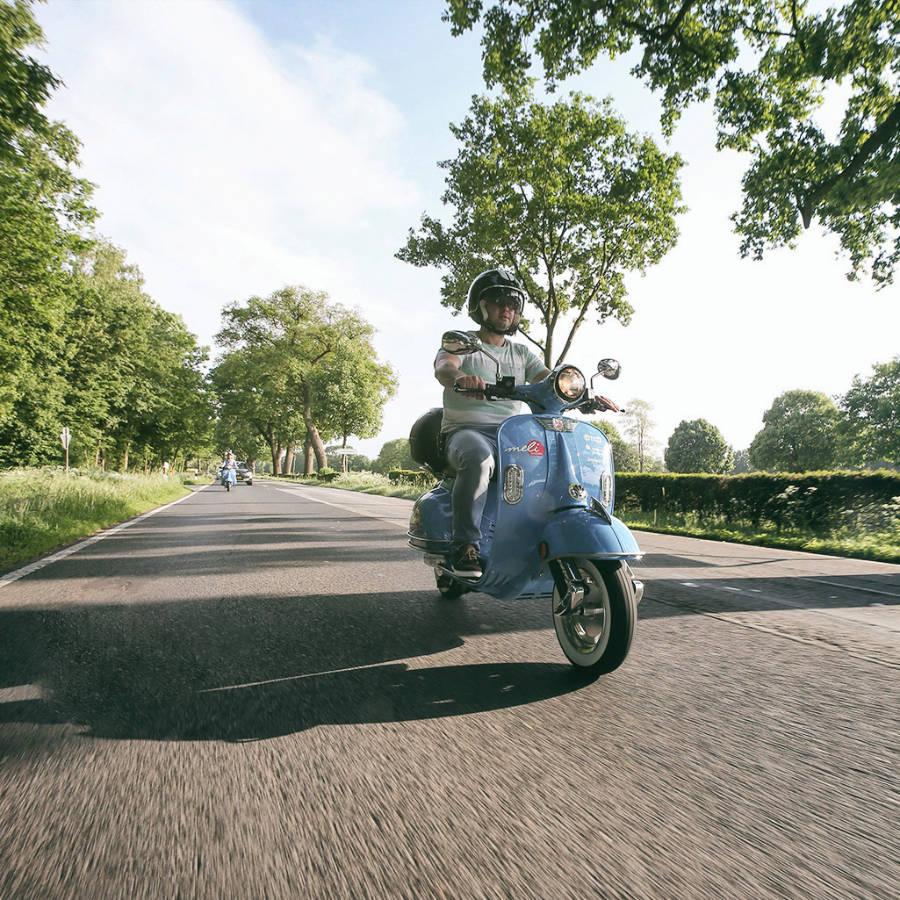 Straßenzugelassener Elektroroller wird als Produkt im Emsland Fotografiert