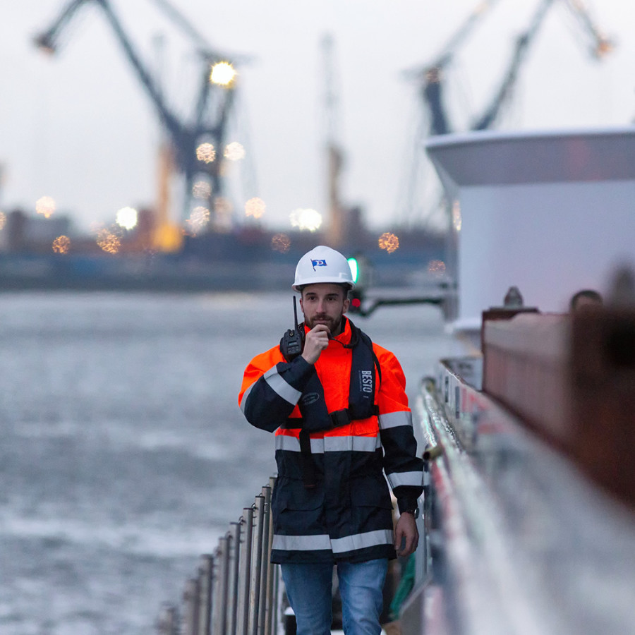 Mitarbeiterportrait auf einem Containerschiff im Hafen von Rotterdam